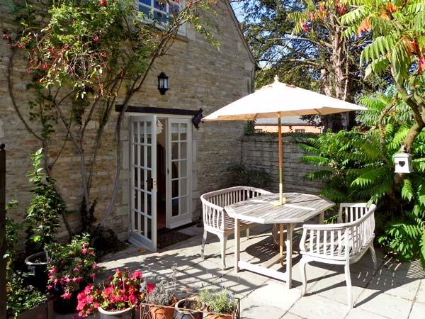 THE BARN, king-size bed, character holiday cottage, with a garden in Glinton, Ref 4548 - Image 1 - Peterborough - rentals