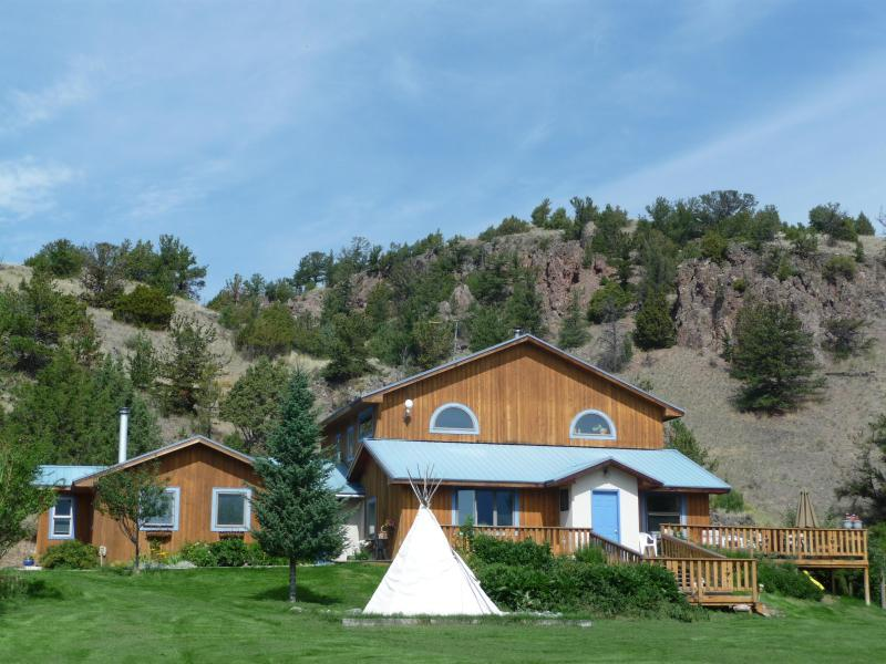 Home is where the Heart is...Feel the Embrace of the Mountain and the Expanse of the View. - Playful Mountain Home*Hottub*Trampoline*Swingset*! - Emigrant - rentals