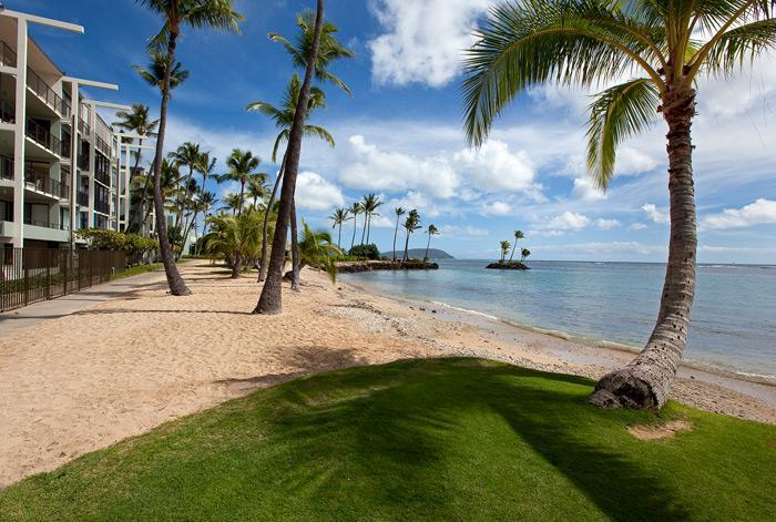 Sandy beach steps from secured property - Luxury, Oceanfront 2 Bedroom Condo on Kahala Beach - Kahala - rentals