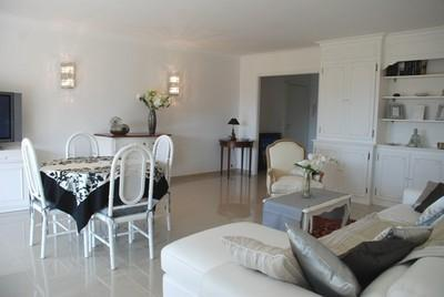 Wonderful 2 Bedroom Flat, Le Vezelay, with Views of the Bay of Cannes - Image 1 - Cannes - rentals