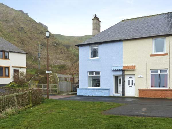 BLUE LOBSTER, family friendly, with a garden in Lower Burnmouth, Ref 5401 - Image 1 - Burnmouth - rentals