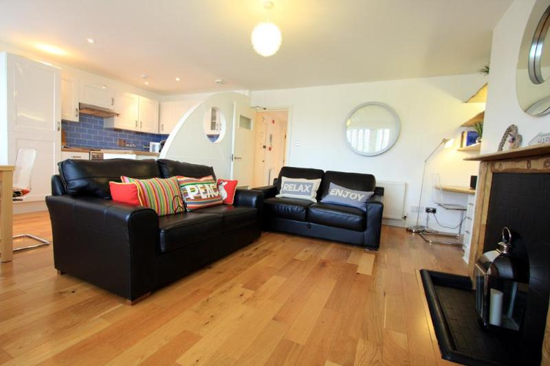 Lounge - Nouveau Delaney Apartment - Brighton - rentals