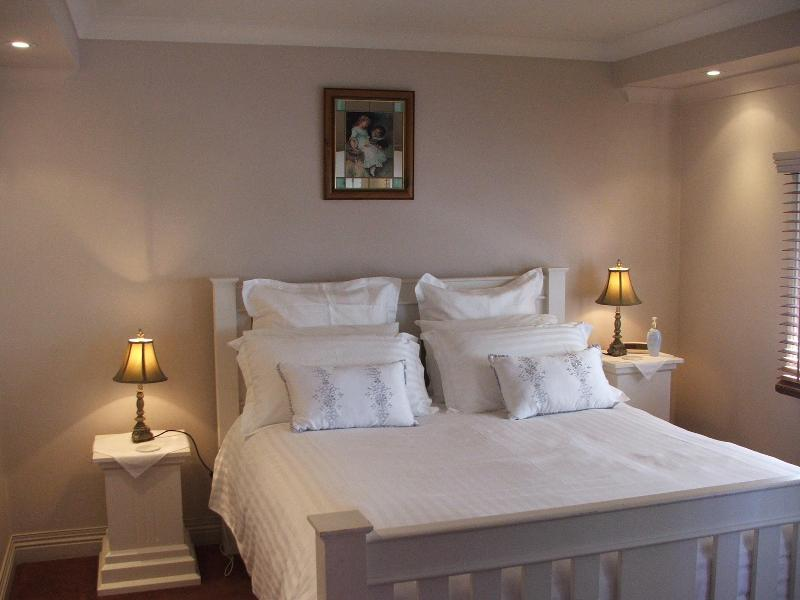 Queen size bed with top quality bedding and pillows - Ellie's Spa Cottage right in the heart of Stanley. - Stanley - rentals