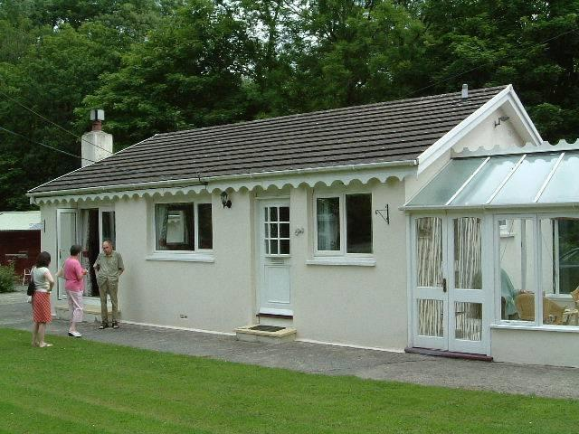 Cottage with conservatory, french doors to garden, large garage, gravel drive - Ger-y-llethi holiday bungalow: cottage near beach - New Quay - rentals
