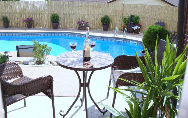 Relax by the pool, open from middle of June to September - Mini Resort mins to beach and downtown Peachland - Peachland - rentals