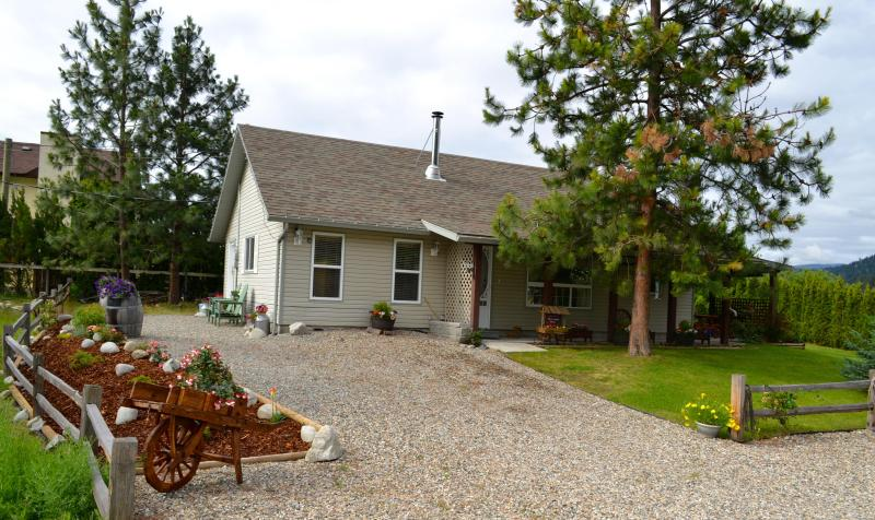 Spacious 2 bed Carriage House with all the comforts of home, plus pool - Mini Resort mins to beach and downtown Peachland - Peachland - rentals