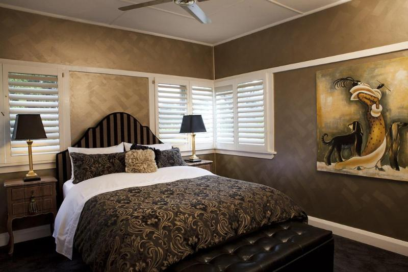 Master queen bedroom with fine linen, plush carpet - Mountain Whispers - The Gatsby Blue Mountains - Katoomba - rentals