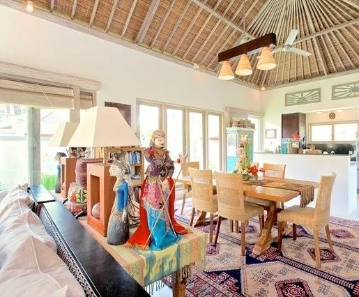Open Plan Living Area With Indonesian collectibles - Villa Semua Suka 3BD/3BA/POOL/Ricefields of Ubud - Ubud - rentals