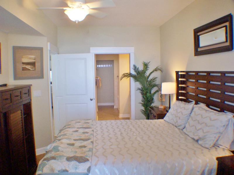 King size suite with on suite bath - Beautiful Beach, Walk to Shipwreck Isl and Pier, - Panama City Beach - rentals