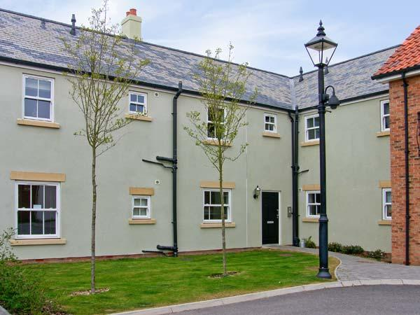 PERRIWINKLE, ground floor apartment, with pool in Filey, Ref 7410 - Image 1 - Filey - rentals