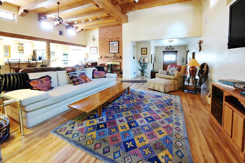 Great Room and 13 foot ceiling - Casa Bonita - 10 Min Walk to Center of Town - Santa Fe - rentals