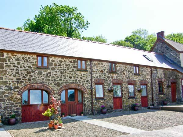 THE CART SHED, pet friendly, country holiday cottage, with a garden in Haverfordwest, Ref 7188 - Image 1 - Haverfordwest - rentals