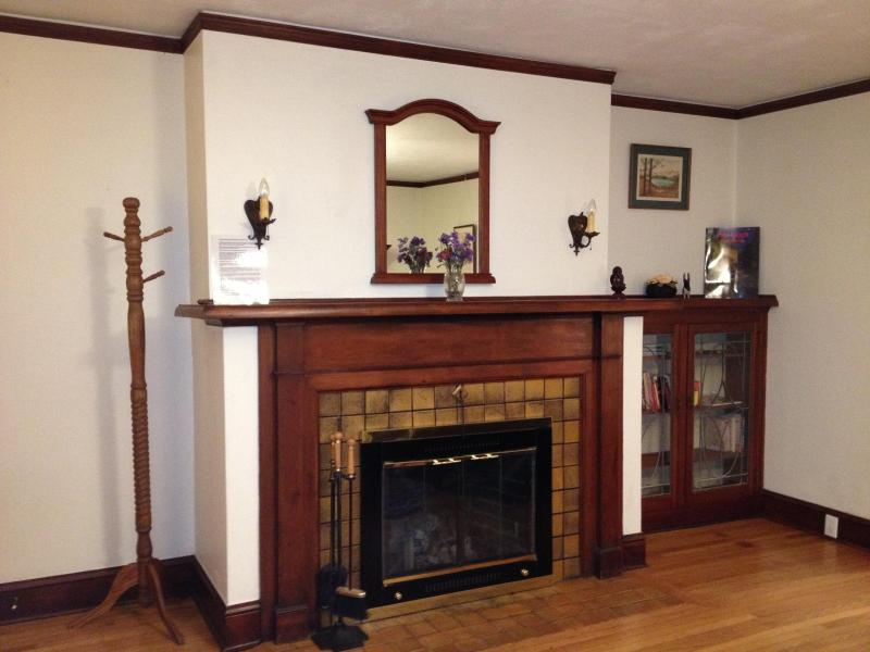 Natural woodwork and original character. Fireplace is original and suitable for small fires. - Portlandia! Vintage Inner SE. Cafes! Bikes! Pets! - Portland - rentals