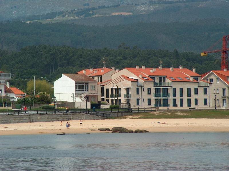 vista frontal del edificio - Primera linea playa en rias bajas Galicia - Santa Uxia de Ribeira - rentals