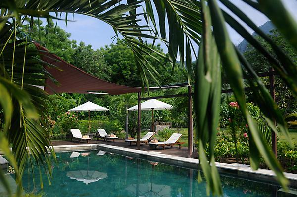 Swimmingpool with sunbeds on a wooden terrace - Exclusive, Luxury Private Villa with Pool on Bali - Pemuteran - rentals