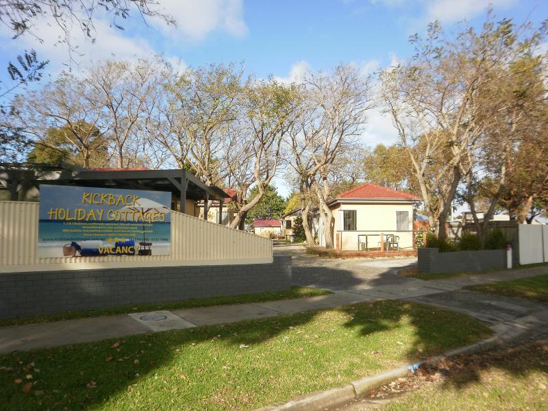 Beautifully treed property - Kickback Cottages - Lakes Entrance - rentals