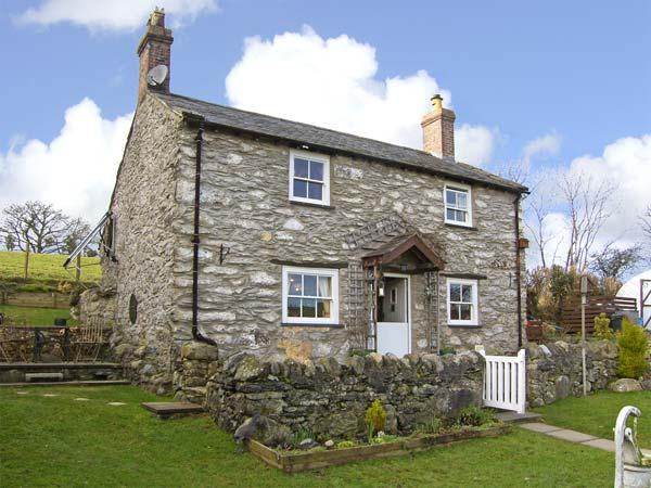 PEN-Y-FRON, pet friendly, character holiday cottage, with a garden in Llanrwst, Ref 5451 - Image 1 - Llanrwst - rentals