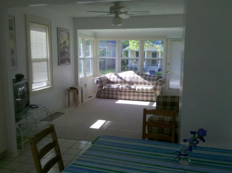 living room view - charming 1 bedroom house by stop 2 beach & casino - Michigan City - rentals