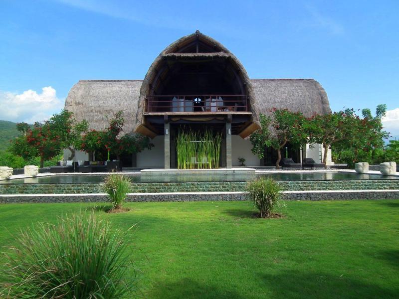 Bali Villa Shanti front - A stunning architect designed contemporary villa, set right on the beach of Lovina in Northern Bali. Villa Shanti - Lovina - rentals