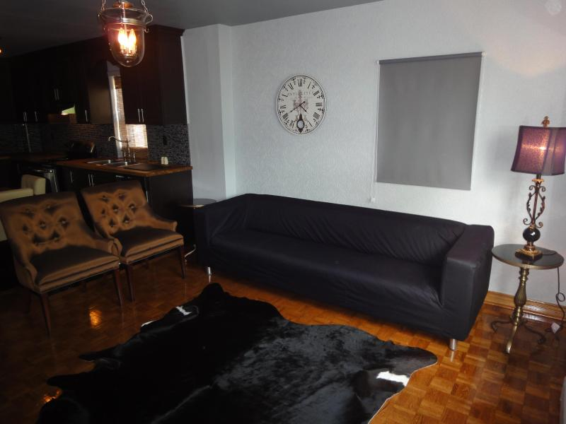 Living Room - Stylish Lakeview( 2Bedroom) in Downtown+Parking - Toronto - rentals