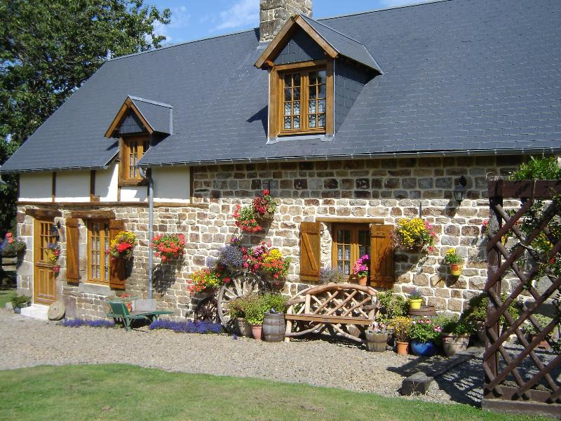 Wheel cottage exterior - Le Champ Sous le Bois Wheel Cottage - Cherence-Le-Roussel - rentals