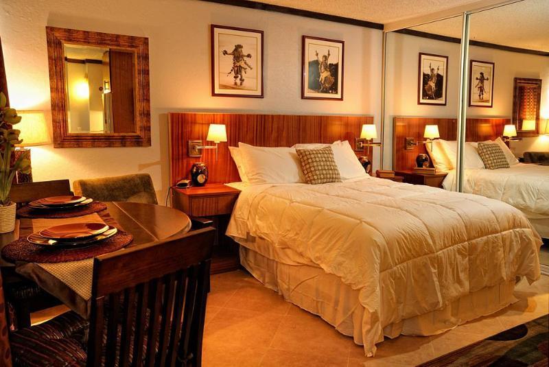 Bed - Renovated Studio 1/2 block to beach - Honolulu - rentals