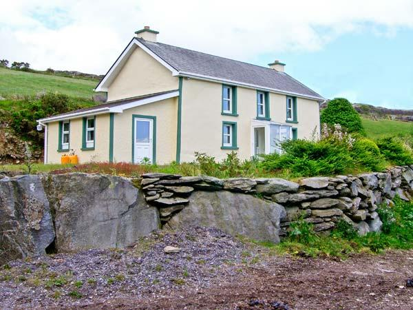 TOOREEN FARMHOUSE, pet friendly, with a garden in Glengarriff, County Cork, Ref 4663 - Image 1 - Glengarriff - rentals