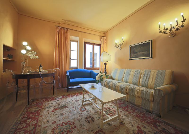 Quiet and Elegant 2 Bedroom Vacation Apartment in Florence - Image 1 - Florence - rentals