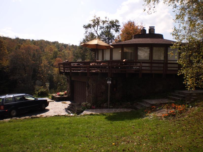 Side View of Driveway - Elk Roundhouse - Forest City - rentals