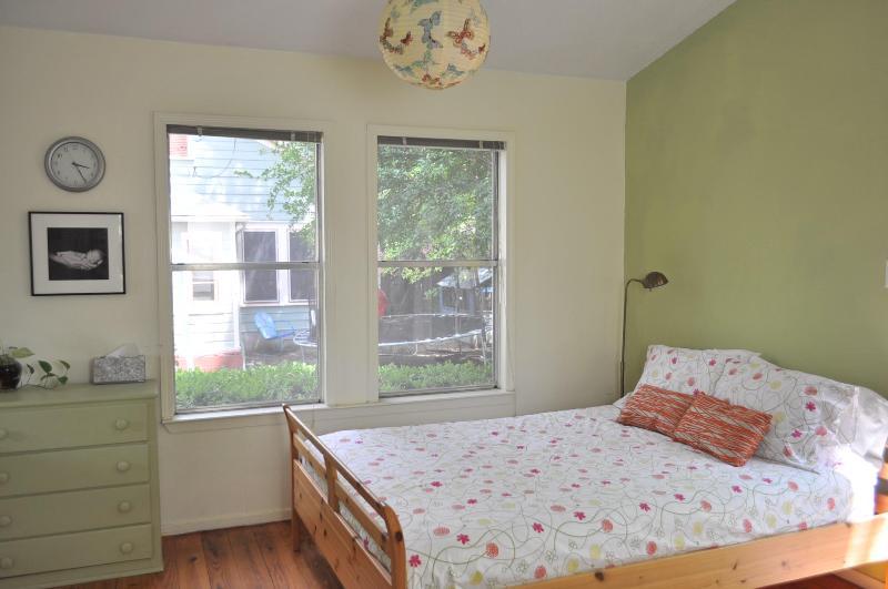 comfy queen bed - The Garner Hideout: Studio Cottage in Zilker - Austin - rentals