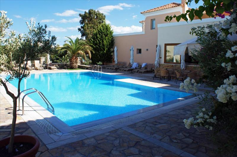 The pool of Harmony Hotel Apartments in the morning - Harmony Apartments Suite AFRODITE for 2-4 Persons - Peloponnese - rentals