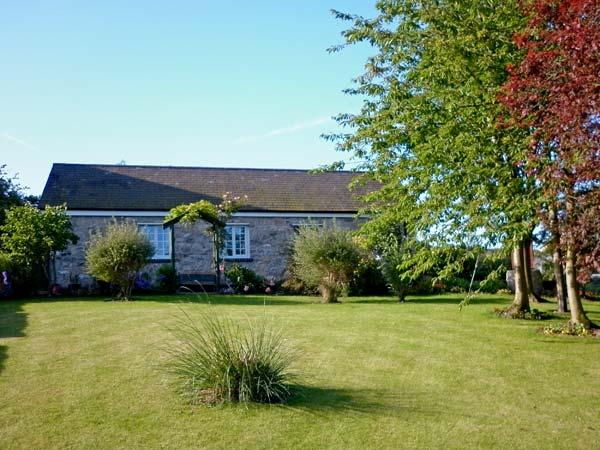 BWTHYN BRYN LLWYN, romantic, country holiday cottage, with a garden in Denbigh - Image 1 - Denbigh - rentals