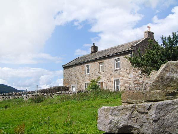 HIGH SMARBER, family friendly, country holiday cottage, with a garden in Low - Image 1 - Reeth - rentals