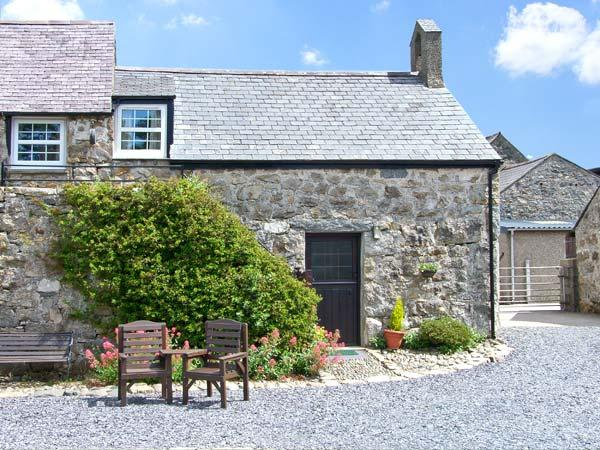 STABLE 1, family friendly, country holiday cottage, with a garden in Llanbedrog, Ref 7234 - Image 1 - Llanbedrog - rentals