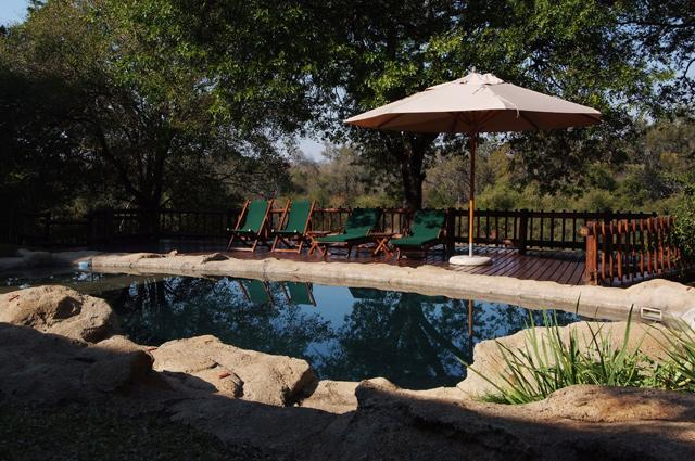Pool with Deck overlooking the Kuvjename River - Indlovu River Lodge, Kambaku Chalet - Hoedspruit - rentals