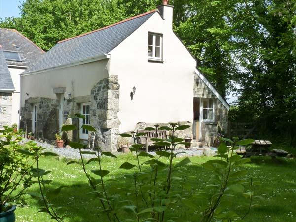 LONGHOUSE, pet friendly, character holiday cottage, with a garden in St Keverne, Ref 4682 - Image 1 - Saint Keverne - rentals