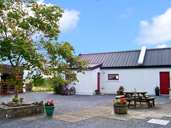 THE STUDIO, romantic, character holiday cottage, with hot tub in Balla, County Mayo, Ref 8329 - Image 1 - Balla - rentals