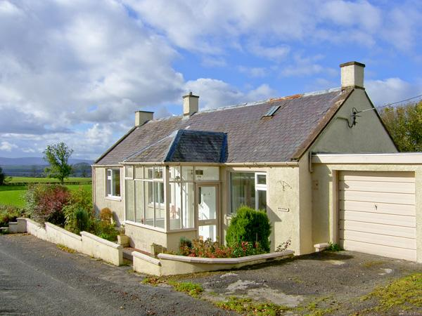 WEST WINDS, pet friendly, country holiday cottage, with a garden in Torthorwald, Ref 4394 - Image 1 - Dumfries - rentals