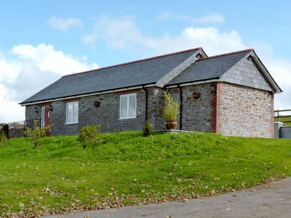 MIDDLE BARN, pet friendly, character holiday cottage, with a garden in Launceston, Ref 8277 - Image 1 - Launceston - rentals