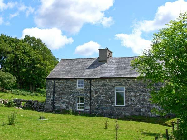 TY CAPEL JERIWSALEM, family friendly, character holiday cottage, with open fire in Trawsfynydd, Ref 6092 - Image 1 - Trawsfynydd - rentals