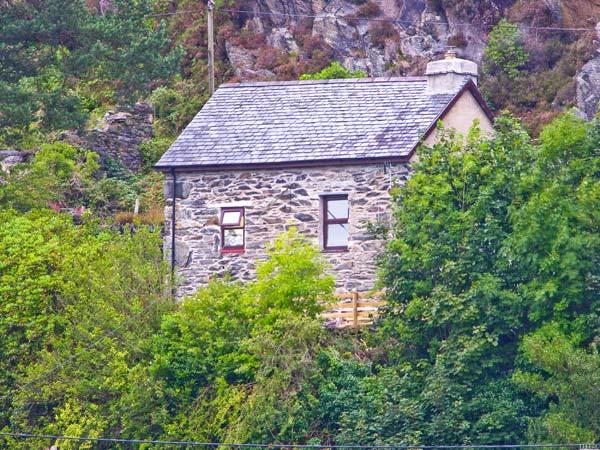 PENLLWYN, pet friendly, character holiday cottage, with open fire in Tanygrisiau, Ref 7254 - Image 1 - Tanygrisiau - rentals