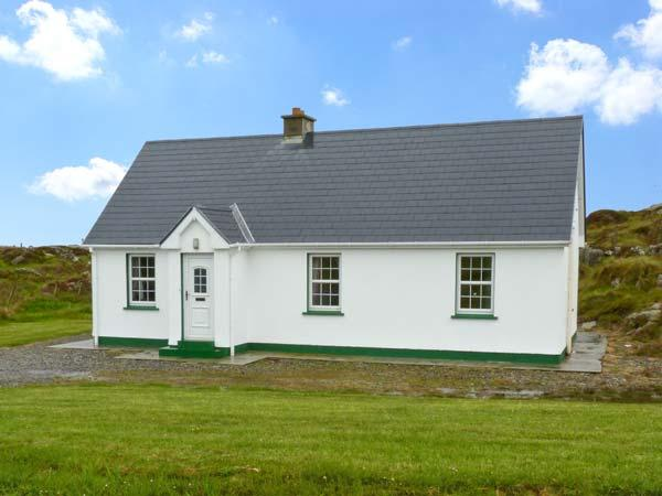 LULLY MORE COTTAGE, pet friendly, character holiday cottage, with a garden in Cruit Island, County Donegal, Ref 4686 - Image 1 - Kincasslagh - rentals