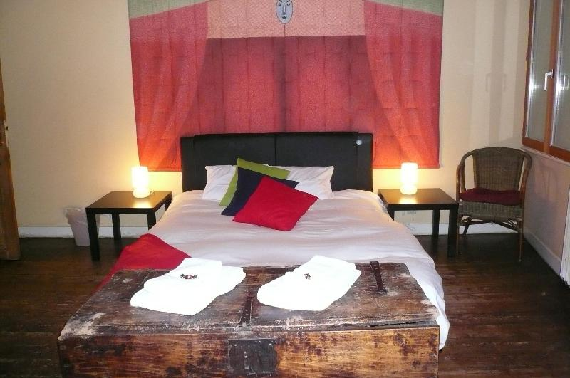 Bedroom with double bed and TV - Typical Mansion in heart of the historical center - Bruges - rentals