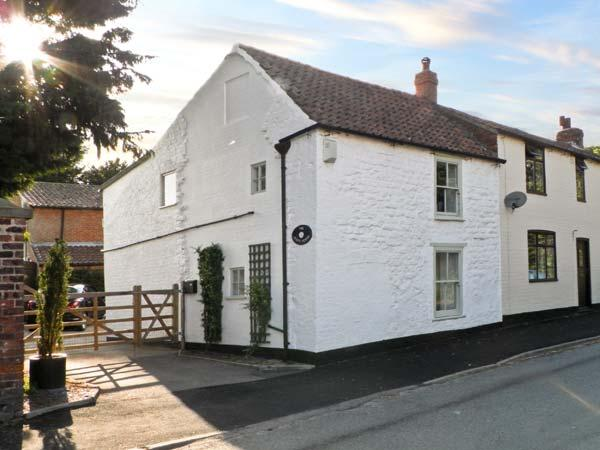 THE WHITE HOUSE, pet friendly, character holiday cottage, with a garden in Middleton On The Wolds, Ref 9934 - Image 1 - Middleton - rentals
