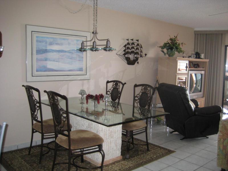 Dinning area - Chateaux Beach Front Condo - Indian Shores - rentals