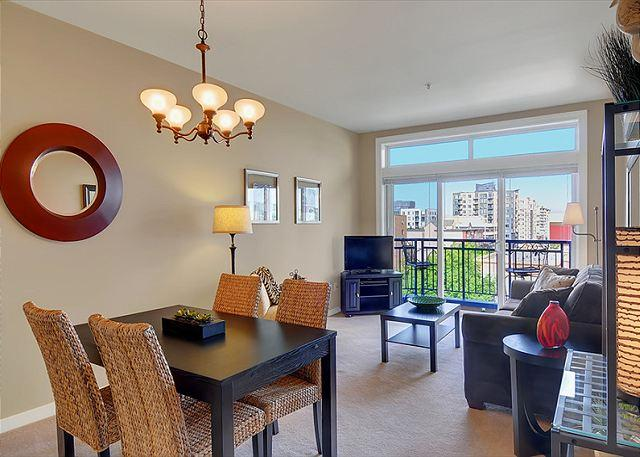 Home Port Suite - Spacious One Bedroom Condo with Water and City View - 10% off August 2016! - Seattle - rentals