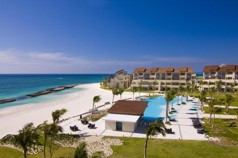 Swimming pool and private beach - Luxury 1st Line Beach Apartment in Cap Cana - Punta Cana - rentals