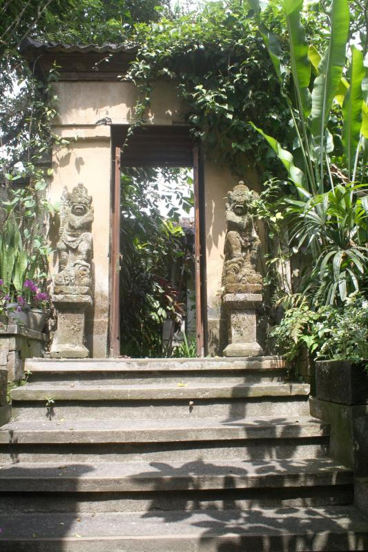 The main gate flanked by guardian statues - Tropical Colonial Villa - Ubud - rentals