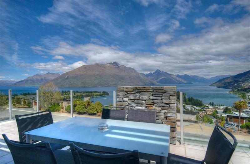 Outdoor dining - Eagles Rest luxury apartment Queenstown NZ - Queenstown - rentals