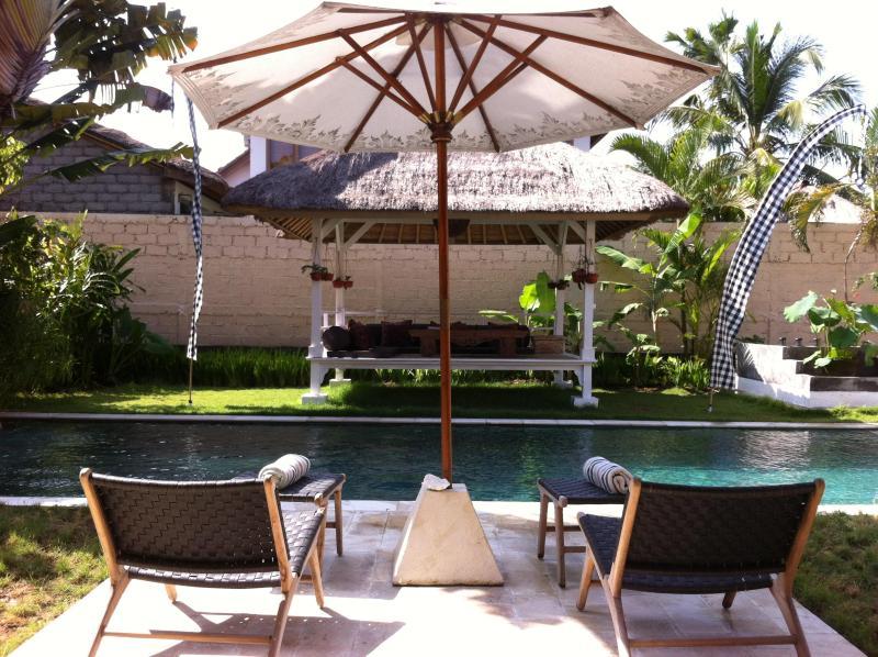 Sun chairs by the pool - Bali Family Villa I Seminyak, One min to Bali Deli - Seminyak - rentals